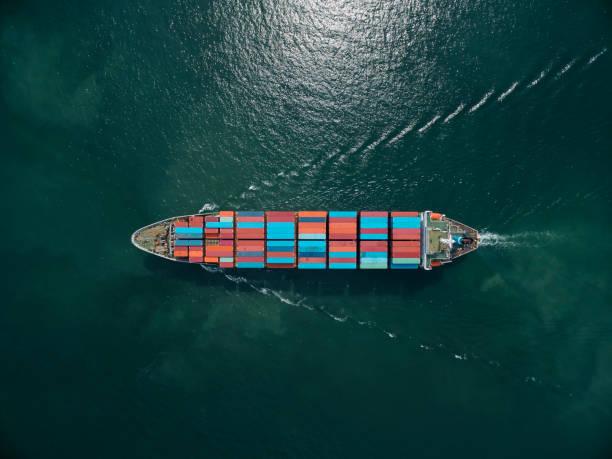 Cargo de transport maritime avec un chargement de containers